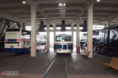 JRバスグループの夜行高速バス「ドリーム号」。その現在の車両と、約半世紀前の初代車両を並べる特別展示が始まりました。「隣がSL」と、展示場所が珍しいのもポイントです。