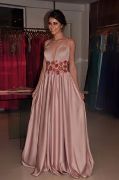 VESTIDO DE FESTA: ROSA CLARO, ROSA NUDE E ROSÉ - Madrinhas de casamento Niagara Falls Usa, Simple Gowns, Casino Dress, Prom Dresses, Formal Dresses, Sexy Dresses, Stretch Satin, Classy Outfits, Evening Gowns