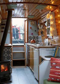 20 Caravan & RV / Boat Interior Design Ideas Creative & Comfortable - Page 4 of 25 Sailboat Living, Living On A Boat, Tiny Living, Canal Boat Interior, Sailboat Interior, Boot Dekor, Narrowboat Interiors, House Boat Interiors, Caravan Interiors