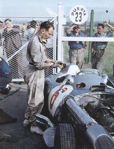 """GP DE F1 DE ARGENTINA, BUENOS AIRES, 1955 - Stirling Moss se pone los guantes preparándose para los entrenos en el autódromo de Buenos Aires. En sus propias palabras: """"Este fue el año en que fui finalmente invitado a pilotar para un equipo oficial de Formula 1 de primer orden, Mercedes-Benz. Estaba realmente entusiasmado acerca de la perspectiva de pilotar al lado de Juan Manuel Fangio, mi héroe."""" (@ Klemantaski Collection / Stirling Moss: All My Races)."""