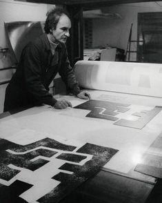 Eduardo Chillida en la imprenta Arte-Adrien Maeght en 1973. Fotografía de Clovis Prévost - Galerie Maeght Paris Abstract Paper, Abstract Words, Contemporary Abstract Art, Modern Art, Spanish Art, Mark Rothko, Surface Pattern Design, Famous Artists, Artist At Work