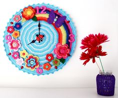 Crochet clock for a Grandchilds room maybe ? Crochet Diy, Crochet Home Decor, Love Crochet, Crochet Crafts, Crochet Flowers, Crochet Projects, Diy Crafts, Beautiful Crochet, Crochet Ideas
