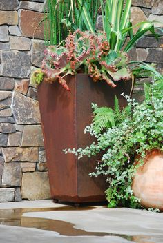 Some flower pots are constructed from the curved surface of corten steel, leaving room for growing more plants. Corten Steel Planters, Metal Planters, Planter Pots, Large Flower Pots, Weathering Steel, Garden Inspiration, Garden Ideas, Fence Art, Steel Sheet