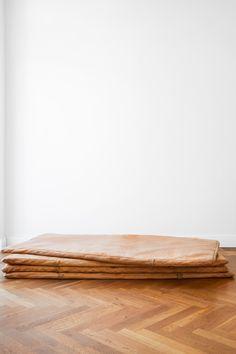 Perfekt für dein Industrial Loft als auch als Daybed geeignet. Die Vintage-Ledermatte erhältlich bei Hardcrafted Hamburg. Hardcrafted Hamburg | Möbel aus Turngeräten #hardcraftedhamburg #vintage #turngeraete #moebelausturngeraeten #interiordesign #wohnzimmer #livingroom #interior #wohnen #interiordesign #design #home #industriedesign #industrialdesign #architecture #leder #leather #handmade Hamburg Germany, Interiordesign, Fine Furniture, Industrial, Loft, Vintage, The Originals, Industrial Design, Gymnastics