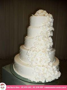 Um lindo Bolo de Casamento por Ana Barros Bolos com Cascata de Flores!