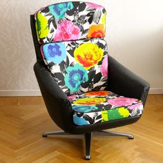 Vintage chair in leather and Flower Power fabric. Very comfortable.