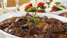 Hachee van oma Easy French Recipes, Greek Recipes, Beef Stifado, Slow Cooker Recipes, Crockpot Recipes, Beef Bourguignon, Greek Dishes, Stuffed Peppers, Food