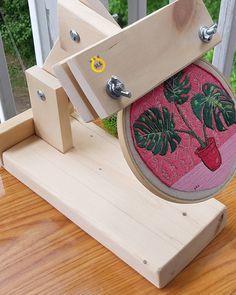 Diy Embroidery Hoop Stand, Diy Embroidery Frame, Embroidery Tools, Hand Embroidery Videos, Hand Embroidery Designs, Beaded Embroidery, Embroidery Stitches, Embroidery Patterns, Machine Embroidery