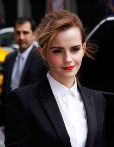 Emma Watson seems to be making red her signature lip hue. She wore the fiery shade to visit the Late Show With David Letterman this week. Emma Watson Frases, Emma Watson Quotes, Logan Lerman, Daniel Radcliffe, Hermione Granger, Hollywood Actresses, Actors & Actresses, Emma Watson Estilo, Gq