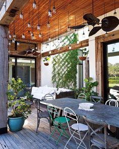 """272 Me gusta, 6 comentarios - Revista Living (@revistalivingarg) en Instagram: """"Aunque brilla en este clima semi primaveral, este patio está preparado para la lluvia: por encima…"""""""