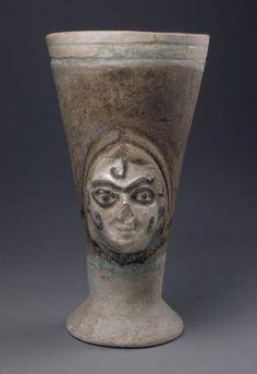 Gobelet à visage féminin  XIVe siècle avant J.-C.  Minet el Beida, port d'Ougarit, tombe 6 Fritte de quartz à glaçure polychrome H. : 16,20 cm. ; D. : 8,60 cm.
