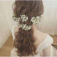 結婚式当日の髪型や、前撮り/フォトウェディングの髪型をお悩みのプレ花嫁さん!今、おしゃれ花嫁さんの間で人気上昇中の 「かすみ草」 をヘアアレンジに取り入れてみてはいかがでしょうか?* 愛らしい 「かすみ草」 は、花嫁さんの純真さを輝かせてくれ、ふんわり可愛らしい花嫁姿に演出してくれるのです♪ | ページ2