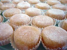 Queijinhos de Amêndoa de Beja Portuguese Desserts, Portuguese Food, Portuguese Recipes, No Egg Desserts, Mini Desserts, Pastry Cake, Chocolates, Bakery, Deserts