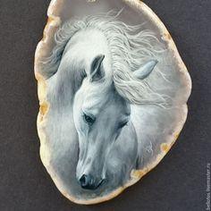 Купить или заказать Кулон 'Белый конь' - миниатюрная живопись. в интернет-магазине на Ярмарке Мастеров. Прекрасный белый конь написан маслом на подвеске из среза натурального агата в технике многослойной лаковой миниатюры. Миниатюра - это тонкая, кропотливая, многоэтапная художественная работа, выполненная в мелком масштабе, используя очень тонкие мазки. Живопись послойно закреплена акриловым лаком, а финишное покрытие создаёт глянцевую защитную поверхность.