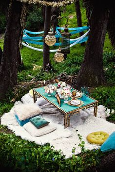 This is the picnic equivalent of glamping! Cannot get enough of these turquoise tones & bold accents. This outdoor dining set up w/ hanging lights is amazing! Outdoor Dining, Outdoor Spaces, Outdoor Decor, Outdoor Pots, Outdoor Shoot, Outdoor Fun, Outdoor Ideas, Glamping, Fairies Garden