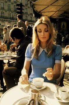 Blue vintage fashion and beauty Sharon Tate in Paris, Sharon Tate, Look Retro, Look Vintage, Vintage Mode, Vintage Woman, Vintage Vibes, Retro Vintage, 1960s Fashion, Look Fashion
