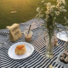 Picnic Picnic ideas Picnic photography Picnic date Pinic food Picnic party Picnic aesthetic Garden Picnic, Summer Picnic, Picnic Date Food, Picnic Ideas, Picnic Cafe, Comida Picnic, Fresco, Baby Clothes Brands, Aesthetic Food