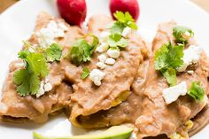 These breakfast enfrijoladas are so easy to make. They're corn tortillas covered in a delicious bean sauce and filled with scrambled eggs. Enjoy this yummy Mexican breakfast! Mexican Breakfast Recipes, Mexican Food Recipes, Ethnic Recipes, Authentic Enchilada Sauce, Corn Tortillas, Scrambled Eggs, Enchiladas, Salmon Burgers, Spices