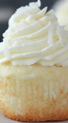 Coconut Cream Pie Cupcakes - uses cake mix and coconut milk (canned). Coconut cream filling and whipped cream cheese frosting. Just Desserts, Delicious Desserts, Yummy Food, Cupcake Recipes, Dessert Recipes, Frosting Recipes, Yummy Cupcakes, Cheesecake Cupcakes, Best Cupcakes