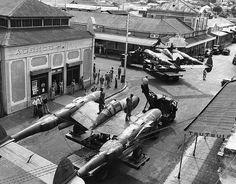 P-38 Lightning son embarcados desde la zona del puerto al campo de aviación en Noumea, Nueva Caledonia. Septiembre 1942