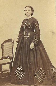 CDV PHOTO LOVELY WOMAN BEAUTIFUL DESIGNED HOOP DRESS CIVIL WAR ERA WATERLOO NY