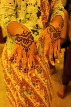QuickDo Henna: A simple mid-palm design with a touch on fingers!  #mehndi #henna #tattoo