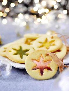 Biscuits vitraux de Noël Si vous souhaitez réaliser 24 pièces, vous aurez besoin de: 100 g de beurre - 125 g de sucre - 1 œuf - 300 g de farine - 1 zeste de citron - 1 c à c de vanille (ou 1 gousse) - 120 g de bonbons durs acidulés. La recette complète ici