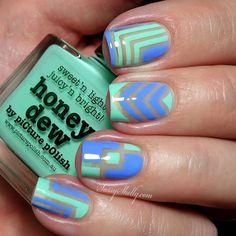 Estilosas uñas en color beige, cada una con un diseño diferente, decoradas con líneas en forma de L, líneas triangulares, y cuadrados todos en azul y verde pastel.