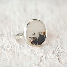 シダの様な模様が美しく入った天然石のリング。 メリッサらしいですね。