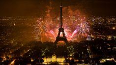 Tour Eiffel Fireworks on Eiffel Tower. Feu d'artifice du 14 juillet à Paris.