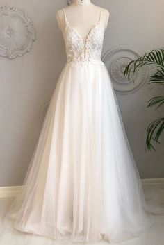 White long evening dress made of tulle with V-neck, white .-Weißes langes Abendkleid aus Tüll mit V-Ausschnitt, weißes Abendkleid aus Tü… White long evening dress made of tulle with V-neck, white evening dress made of tulle # evening dress - Lace Beach Wedding Dress, Backless Wedding, White Wedding Dresses, Bridal Dresses, Wedding Gowns, Bridesmaid Dresses, Prom Dresses, Dress Prom, Elegant Dresses