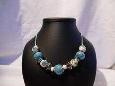Collier lagon et blanc, perles en céramique grecque.Apprêts en acier inoxydable.