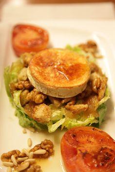 """Ensalada con queso de cabra plancheado y nueces. Tenemos un """"truquito"""" para preparar esta ensalada; pasar por la sartén o la plancha bien caliente la porción de queso y añadirle un toque de miel..."""