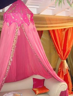 Canopy can add to any piece of furniture. Festa Tema Arabian Nights, Arabian Nights Prom, Arabian Nights Theme, Arabian Theme, Arabian Party, Moroccan Theme Party, Indian Party, Bollywood Theme Party, Jasmin Party