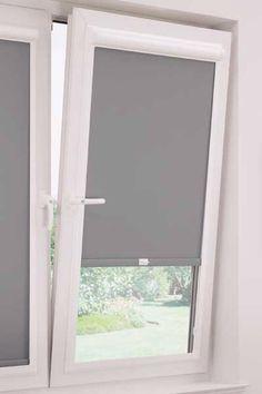 Mooie oplossing voor rolgordijnen voor een draai/kiepraam Cortinas Rollers, Blinds For French Doors, Small Space Interior Design, Interior Windows, Window Styles, House Windows, Roller Blinds, Curtains With Blinds, Window Coverings