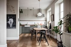 Due of various interesting interior details, this apartment in Sweden can not be called minimalist. The typical Scandinavian basis was enriched with an ✌Pufikhomes - source of home inspiration Kitchen Furniture, Kitchen Decor, Swedish Kitchen, Turbulence Deco, Green Cabinets, Kitchen Cabinetry, Apartment Kitchen, Family Apartment, Dining Table Chairs