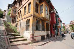 #IstanbulPhotos #Turkey #Istanbul #Balat renkli #AhşapBinalar Eski İstanbul'un Arka Sokakları yoldaki yaşlı adam...