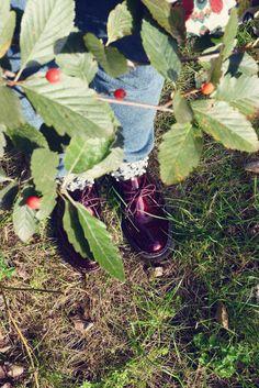 """Warum gefallen Anna die roten Lackschuhe besonders gut? """"Da völlige Unfähigkeit auf hohen Schuhen bei mir herrscht, musste es schon mal flach sein. Und da der Herbst ungemütlich genug ist, sollte Farbe her. Der Jink war Liebe auf den ersten Klick."""" © Florian Wenningkamp - florianwenningkamp.de"""