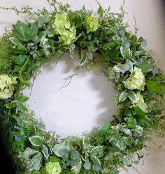 リースはクリスマス時期のものと思っているところはありませんか?欧米では、季節の花など使って毎シーズン楽しんでいるそうです。夏のリースは100均で手に入るフェイクグリーンでリースを作りませんか?