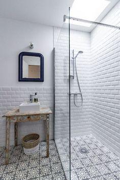 Idée décoration Salle de bain  Carrelage métro et carreaux de ciment se subliment dans les salles de bains.