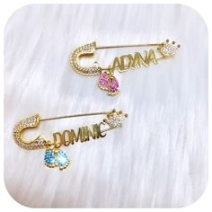 Custome stroller pin with name from LIORE'e. Always find your baby carriage easily! Visit our luxury baby accessories boutique. Fashion baby essentials, newborn must-haves, and luxury baby products with style. Check out our glam baby gift ideas in our online store! Shop now at lioree.com #babypiins #newbornmusthaves #babygiftideas #babyproducts #strollerpins Newborn Gifts, Baby Gifts, Baby Accessoires, Baby Presents, Baby Christmas Gifts, Baby Bracelet, Baby Carriage, Baby Boutique, Cool Baby Stuff