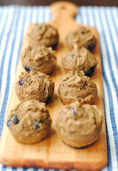 Clean Blueberry Protein Muffins, no oil, butter or sugar used! Healthy Muffin Recipes, Healthy Muffins, Healthy Sweets, Healthy Baking, Healthy Snacks, Eat Healthy, Protein Cookies, Protein Foods, Healthy Protein