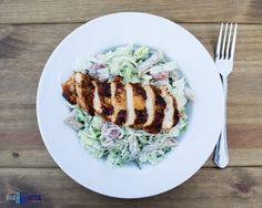 Sałatka z pełnoziarnistym makaronem i grillowanym kurczakiem. / Salad with grill chicken breast and whole grain pasta.