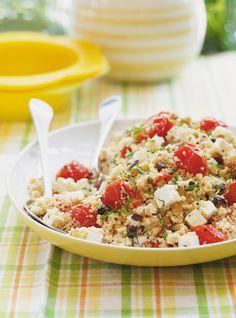 Recette de Ricardo de salade méditerranéenne.  Ce couscous méditerranéen est extrêmement simple à préparer et est idéale en pique-nique ou en accompagnement de poisson ou de grillade.