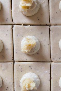 Fastelavnsboller bagt med surdej og fyldt med vaniljecreme og remonce | Shrovetide buns baked with levain and filled with vanilla cream and remonce