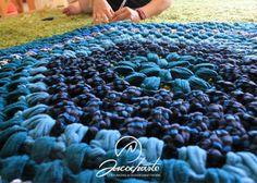 Una de las alfombras que más nos han pedido en la tienda, la hicimos en varios colores y sale a la venta a mitad de precio por ser artículo de exposición. De algodón, tejida en tonos azules con mucho cariño y todo el esmero que le ponemos a lo que hacemos, un regalo / autoregalo para esas personas especiales que aprecian los detalles. http://www.sacocharte.com