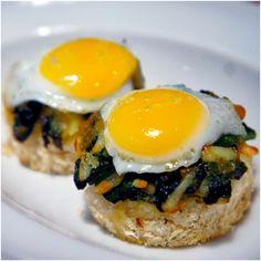 Ovos de codorna fritos, servidos sobre espinafre e torradas de pão da casa: pequenas delícias do menu de ovos.