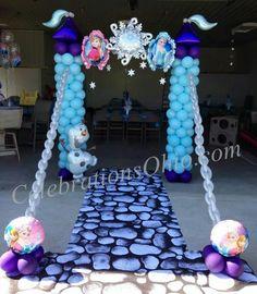 Torres de castillo hechas con globos para fiesta temática de Frozen. #FiestaFrozen