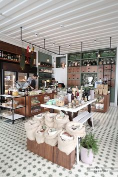 This grocery store sells bread, wines, sausages, jams, beans and other organic products by weight. It is also a coffee shop. Coffee Shop Design, Cafe Design, Design Design, Interior Design, Retail Store Design, Retail Shop, Bulk Store, Deco Restaurant, Modern Restaurant