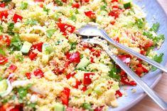 Du kan lave en virkelig lækker og nem couscous salat med denne opskrift. Her er couscous blandet med blandt andet tomat og peberfrugt. Her får du min opskrift på en dejlig couscous salat, som du kan